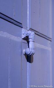 La main sur la porte violine -1R-