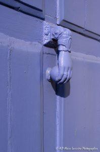 La main sur la porte violine -2-
