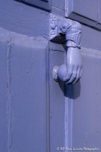 La main sur la porte violine -3-