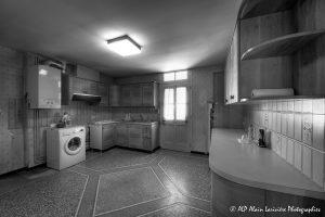La vieille maison abandonnée, la cuisine -1N&B-