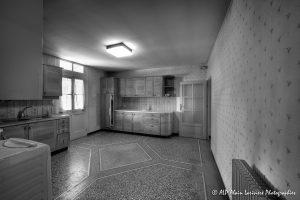 La vieille maison abandonnée, la cuisine -2N&B-
