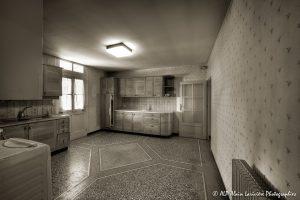 La vieille maison abandonnée, la cuisine -2sépia-
