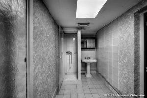 La vieille maison abandonnée, la salle de bain -1N&B-