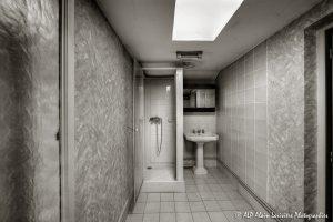 La vieille maison abandonnée, la salle de bain -1sépia-